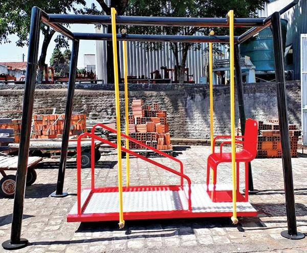Balanço adaptado para cadeira de rodas, um presente da Indústria Agro-Pertences S/A.